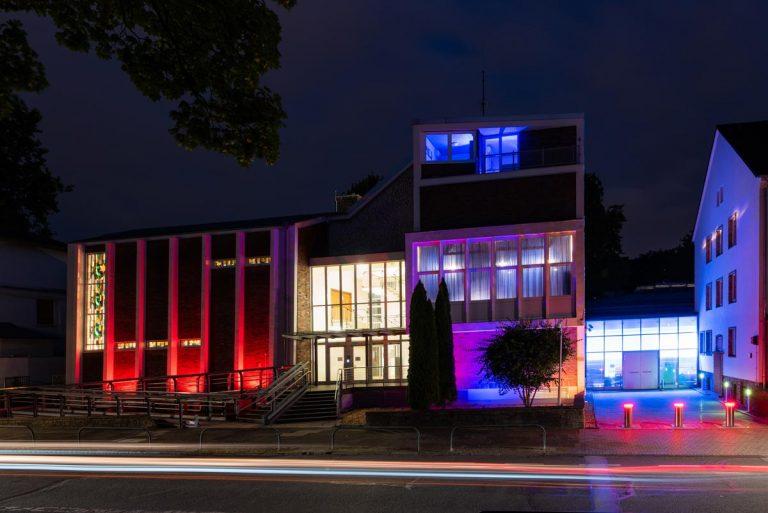 Synagoge von Außen nachts erleuchtet